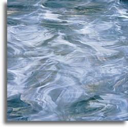 bleu acier foncé et blanc, semi-translucide